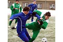 Tvrdě na zem. Tak dopadl při jiskřivém souboji s hroznětínským hráčem citický záložník Petr Bardon (vpravo).