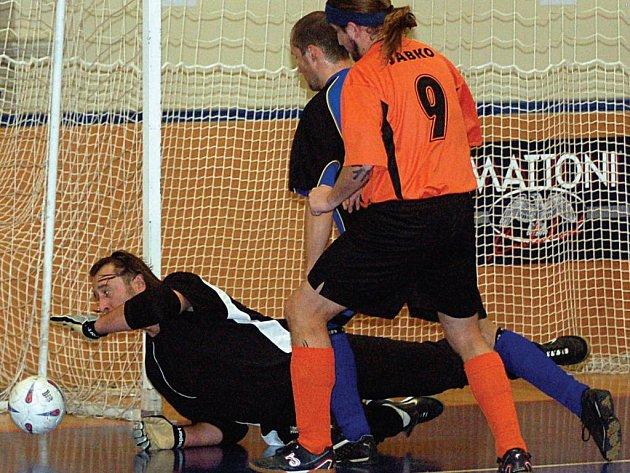 To byla futsalová škola. V neděli uzavřeli sedmé kolo hráči Nového Sedla v lázeňském městě, kde jim byl soupeřem karlovarský M.A.S.H. , který musel skousnout jedenáctibrankový příděl.