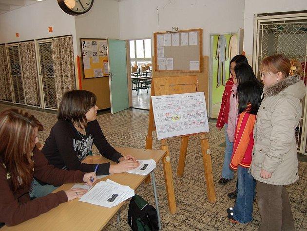 POMOHLY. Markéta Šuchová a Pavlína Babeková (zleva) vysvětlovaly návštěvníkům, co mohou ve škole vidět.