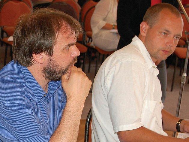 Zastupitel Petr Kulhánek (vpravo) se včera informoval, kde nastala chyba, že město přišlo o deménu EU.