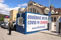 Odběrové místo stojí i před Městskou tržnicí v Karlových Varech.