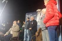 Na tři stovky lidí se v podvečer sešlo u karlovarského kina Čas, aby si zde připomněly 30 let od Sametové revoluce.