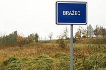 TABULE označující Bražec je prozatím v modré barvě. Nebude ale trvat dlouho a bude bílá jako u každé řádné obce či města.