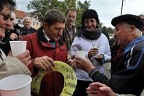 V úterý 11. října před polednem přivítaly desítky obyvatel Chyší na Karlovarsku osminásobného vítěze Velké pardubické Josefa Váňu