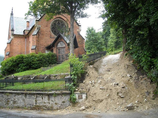 Bez povolení. O své zvůli a bez povolení vybagrovali stavbaři cestu vedle kostela na Zámeckém vrchu.