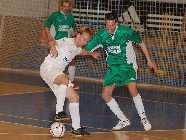Otovický futsalists Roman Kalán (v bílém) vyšel v utkání se sokolovským Rádem střelecky naprázdno, i přesto však patřil k nejlepším hráčům na karlovarské palubovce.