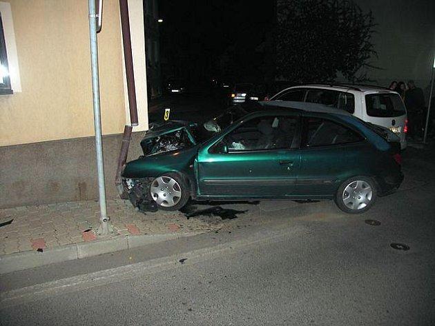 Řidič narazil do domu