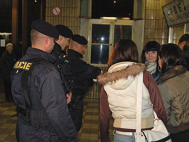 Sobotní policejní akce Úklid se rozjela na karlovarském Horním nádraží, kde muži zákona kontrolovali doklady osobám, které by mohly být v pátrání.