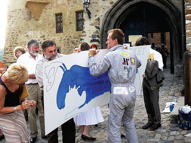 Akční hornofalcký výtvarník Michael Werner maluje na každém ze sedmi desítek festivalových míst na tabuli modrého losa s názvem místa. Všechny návštěvníky festivalových akcí žádá, aby se podepsali na zadní stranu losích tabulí nebo napsali krátký vzkaz.