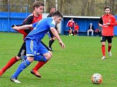 Fotbalisté Nejdku (v modrém) tentokrát doma neuspěli, když prohráli s Chodovem (v červenočerném) 2:5.