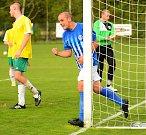 Devět branek nastříleli o víkendu hráči ostrovského FK (v pruhovaném) týmu Františkových Lázních (ve žlutém).
