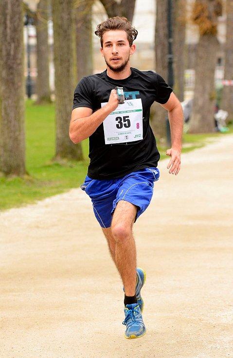 Semifinálové kolo juniorského maratonu opět ovládlo Gymnázium Cheb, které se tak podívá na celostátní finále.