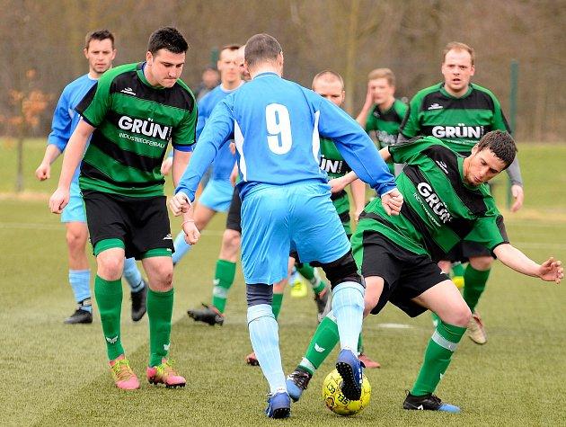 První jarní utkání zvládly Vojkovice (vmodrém) vítězně, když Pernink (vpruhovaném) porazily 6:2.