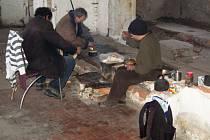 ÚTOČIŠTĚM LIDÍ bez domova bývá i areál staré vodárny v Karlových Varech.