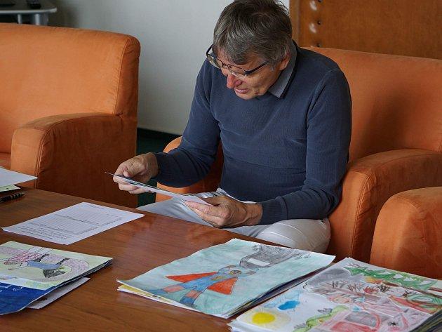 NELEHKÉ ROZHODOVÁNÍ. Porotce Jan Samec to neměl při vybírání nejlepších soutěžních prací jednoduché.