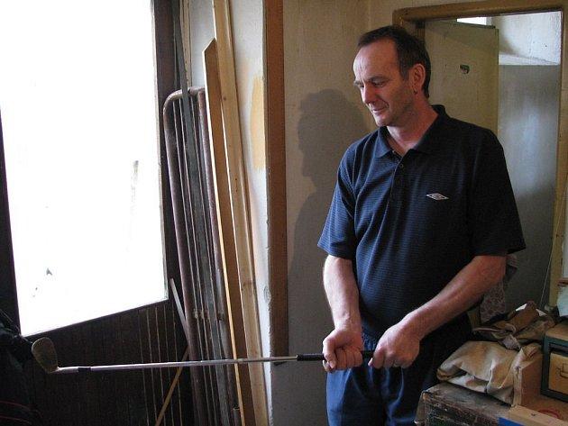 S holí proti pistoli. Milan Klich (na snímku) se zloději postavil s golfovou holí v ruce. Na pepřový sprej, který má v dílně, si ve vypjaté situaci ani nevzpomněl.