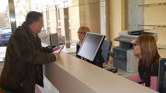 Vstupní hala karlovarského magistrátu prošla rekonstrukcí. Jejím cíle je zpříjemnit občanům vyřizování záležitostí a poskytnout jim informace ihned.