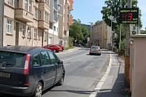 Trhat rychlostní rekordy jde i v ulicích města. Kolem radaru v ulici Na Vyhlídce (na snímku) se kdosi přehnal rychlostí 131 kilometrů v hodině.