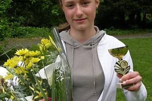 Květiny a pohár za druhé místo v kategorii kadetek si ze třetího závodu Českého poháru XC MTB odnesla jediná v celém závodě startující Karlovaračka Petra Nováková.