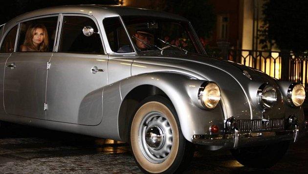 Zajímavostí dílka je okamžik, kdy Hana Soukupová přijíždí v historickém voze Tatra 87. Za volantem totiž sedí generální ředitel Karlovarských minerálních vod Alessandro Pasquale.