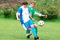 V devatenáctém kole okresního přeboru si poradili na svém hřišti pod radošovským mostem fotbalisté Kyselky (v zeleném) v rámci derby týmů z Poohří s jedenáctkou Vojkovic (v modrobílém), kterou porazili v poměru 2:1.