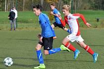 Karlovarská Slavia porazila v derby Ostrov (v modrém) 4:1 a vyhoupla se do čela tabulky.