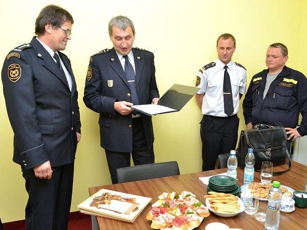 Po třech desetiletích odešel ze služby hasič Ladislav Valeš (vlevo).