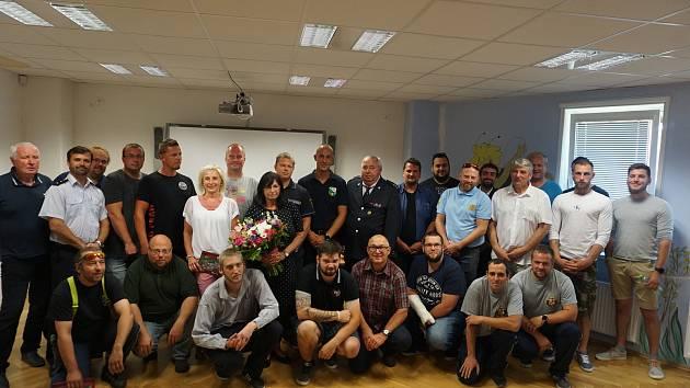 Ocenění hasiči, kteří pomáhali u železniční nehody v Perninku, se starostkou Perninku Jitkou Tůmovou (uprostřed).