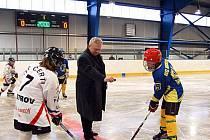 SLAVNOSTNÍ VHAZOVÁNÍ. Starosta Vladimír Benda slavnostně v rámci otevření zastřešeného stadionu vhodil puk hokejistům HC Nejdek a HC Ostrov, kteří sehráli exhibiční zápas.