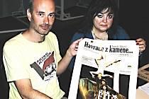 Jiří Seydler a Dana Neumannová představují oficiální plakát ke hře Havrane z kamene