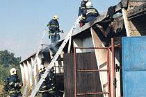 Dvakrát v jednom dni museli minulý týden zasahovat hasiči při požáru garáží v Jabloňové ulici.