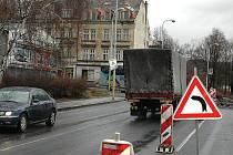 """DALŠÍ ZMĚNA V DOPRAVĚ. Kvůli stavbě nové křižovatky se nyní řidiči, kteří jedou od Kauflandu směrem do města, k Baumaxu nedostanou. Jediná cesta odtud vede k """"hasičárně""""."""