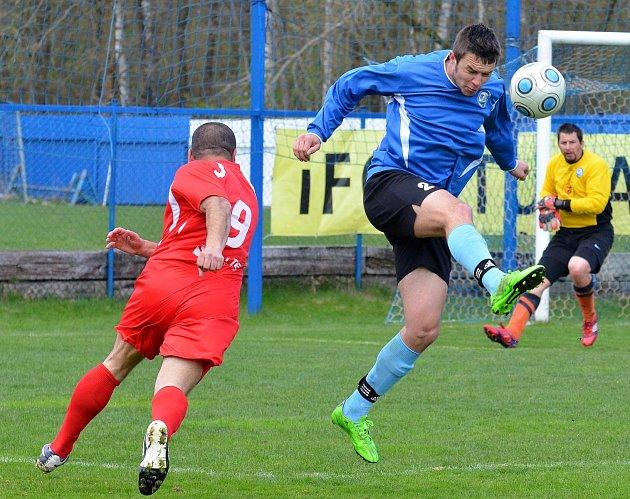 Vojkovice (v modrém) se o víkendu postaraly o překvapení, když Nejdku B (v červeném) přerušily po osmi vítězných zápasech na Limnici, domácí neporazitelnost, když vyhrály 3:2.