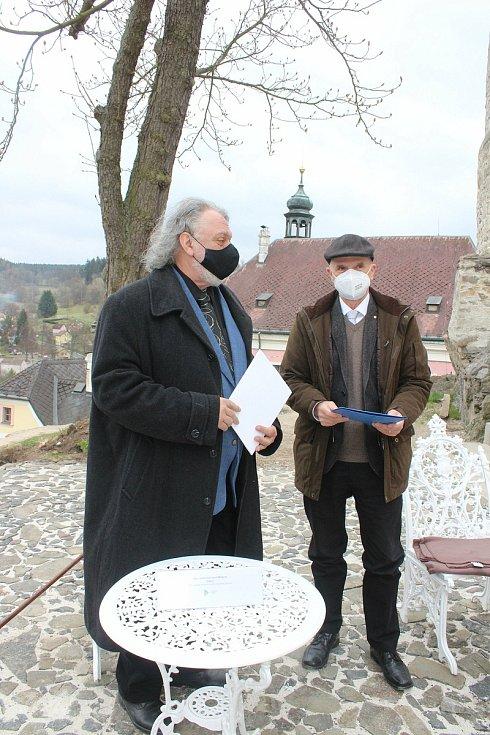 Zástupci fakult Západočeské univerzity v Plzni podepsali v na bečovském hradě memorandum s Národním památkovým ústavem o spolupráci. Fakulta designu a umění například připravuje v Bečově expozici pro nejcennější kolekci vín na území Evropy.