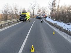 Při nehodě sanitky s peugeotem se zranili tři lidé.
