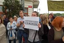 Asi 200 lidí se sešlo u karlovarské Tržnice, aby se připojili k protestům Milion chvilek, které se konaly i na jiných místech země. Organizátoři s demonstranty zde vyzvali premiéra Andreje Babiše a ministryni Marii Benešovou k rezignaci.