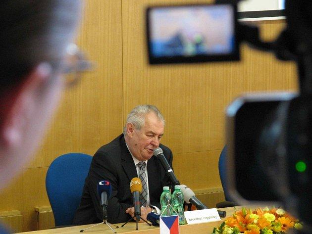 Prezident Miloš Zeman v kraji chválil i kritizoval.