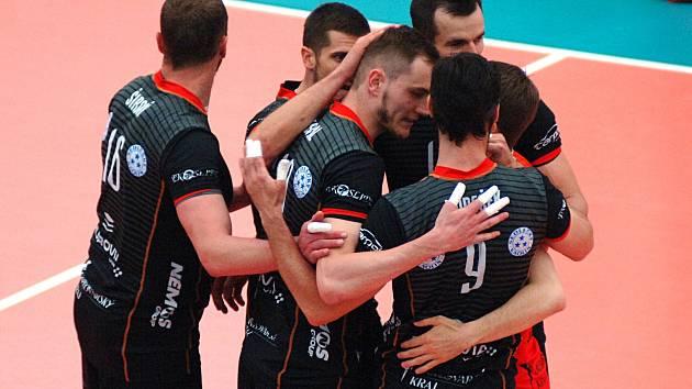 Volejbalisté Karlovarska (v černém) si to rozdali s Kladnem