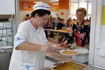 Příjem soli v České republice trojnásobně převyšuje doporučený optimální denní příjem. Výzva hygieniků proto cílí hlavně na školní jídelny, restaurace, fast foody i výrobce potravin.
