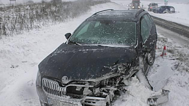 Sněžení komplikuje především dopravu. A dochází k řadě nehod. Tato se stala na silnici I/6 u Karlových Varů.