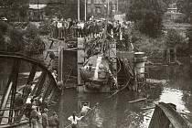 Srpen 1968 v Karlových Varech. Ve Dvorech vjel tank na most, který jej neunesl…