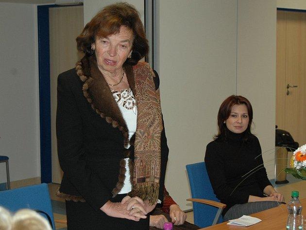 Lívie Klausová diskutovala s dvěma desítkami seniorů o tom, co jim přinesl bezplatný kurz výuky na počítačích.