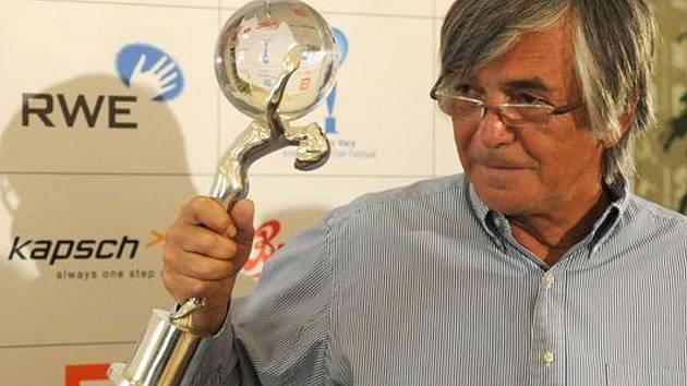 Prezident karlovarského festivalu Jiří Bartoška na pondělní tiskové konferenci v Praze představil vítěznou trofej. Příběh této trofeje je i námětem televizní reklamy, ve které si Jiří Bartoška také zahrál.