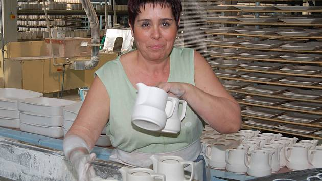 Anna Lauberová (na snímku) připravuje porcelán pro vypálení v nově nainstalované moderní peci.