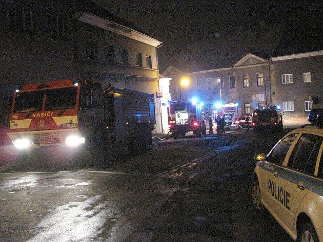 Osm jednotek dobrovolných i profesionálních hasičů se v noci ze středy na čtvrtek sjelo u požáru bývalého kina v Teplé.