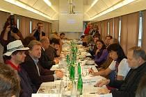 Úvodní konference ke Karlovarskému týdnu se konala ve speciálním kinematovlaku. Ten posloužil také k promítání snímků v rámci Tourfilmu.