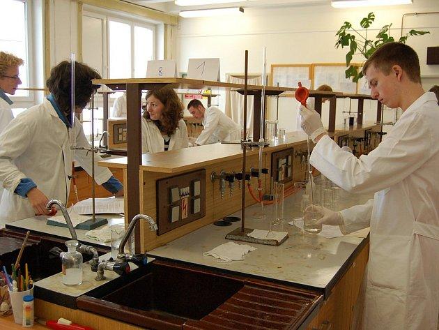 Nad křivulemi. Devět gymnazistů ze tří škol se v pátek v Ostrově v laboratoři potilo nad vitaminem C.