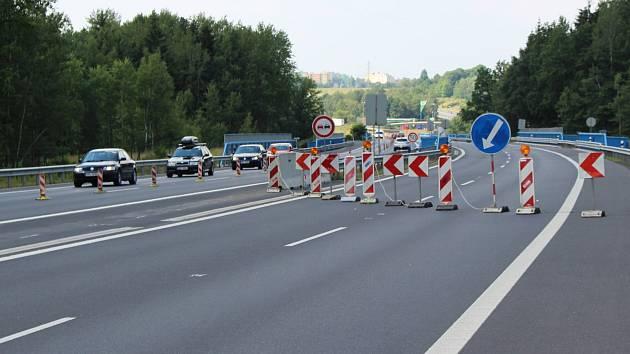Jedno z míst na dálnici, kde je částečně omezen provoz. Úsek na mostu mezi Karlovými Vary a Sokolovem.