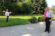 Náměstek primátora Čestmír Bruštík ukazuje obyvatelům domova pro seniory ve Staré Roli, kde bude stát do podzimu příštího roku nová budova.