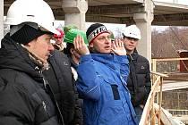 Milan Bártl (v modré bundě) při předvádění haly hokejistům HC Energie před koncem lonského roku.
